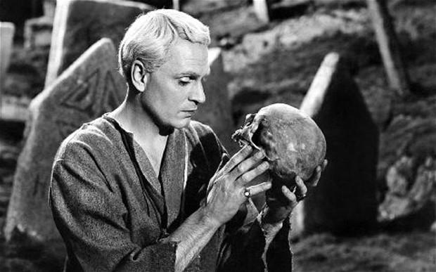 Laurence Olivier como Hamlet.