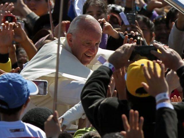 Papa Francisco no meio do povo na visita ao Peru ( Foto EFE).