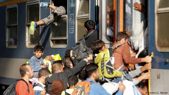 O desespero para entrar num trem em Budapeste (Hungria) – (Foto Reuters)